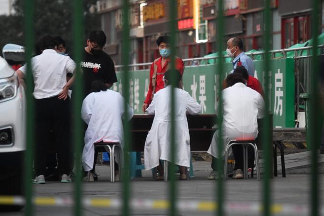 Pekín regresa a confinamiento tras nuevo brote de coronavirus