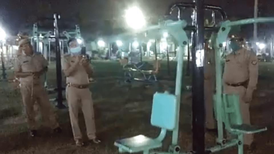 Policías descubren que máquina de ejercicios se mueve sola