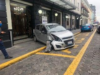 Aparatoso accidente en el Centro Histórico de Puebla