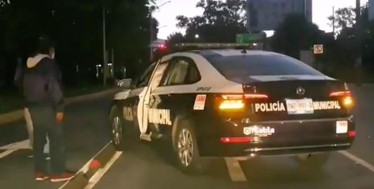 Patrulla de la SSC provoca accidente automovilístico en el Blvd. 5 de Mayo