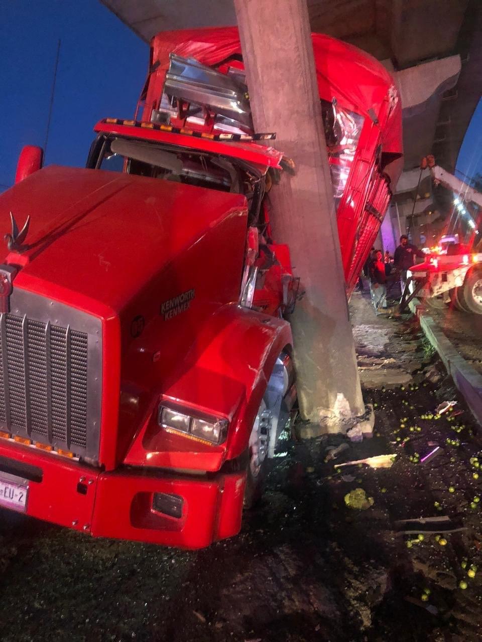 Por evitar caer en un 'bache' tracto camión se impacta contra puente peatonal