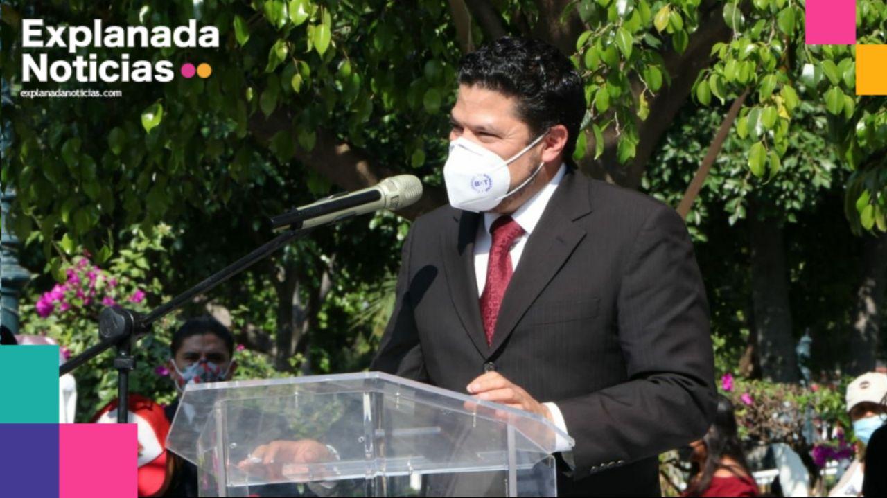 """Entrega Biestro cédula a Izucar de Matamoros por la que se declarara """"Cuna del Ejército Mexicano"""