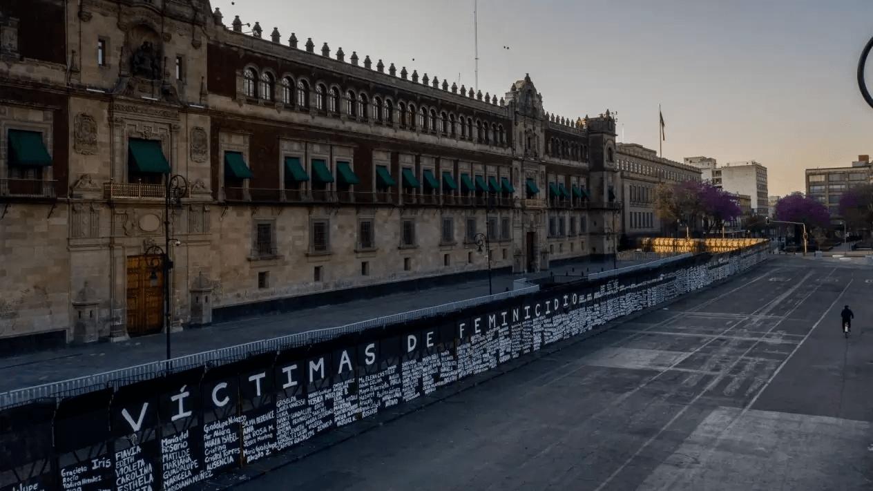Vallas del Palacio Nacional son transformadas en un memorial de las víctimas de feminicidio