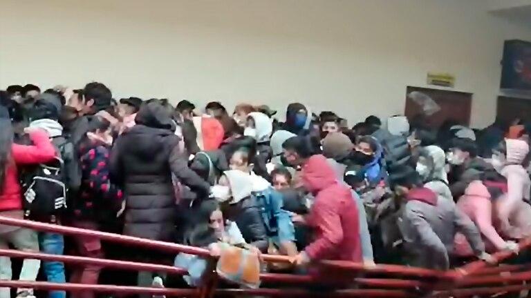 Tragedia en Bolivia: estudiantes caen desde un cuarto piso