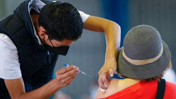 Abuelita aprovecha vacunación y pide ayuda tras abuso por parte de su familia
