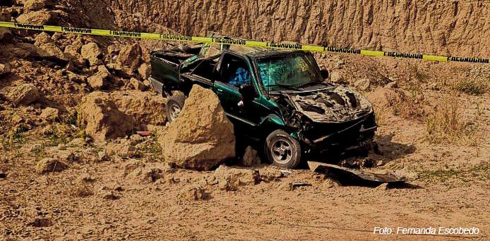 Encuentran mujer degollada en auto accidentado