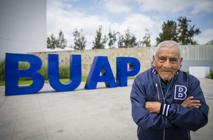 Don Felipe se gradúa a los 83 años de edad en la carrera de Ingeniería en Procesos y Gestión Industrial