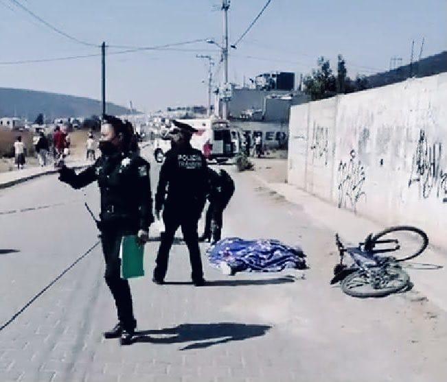 Mujer ciclista es atropellada por camión de volteo