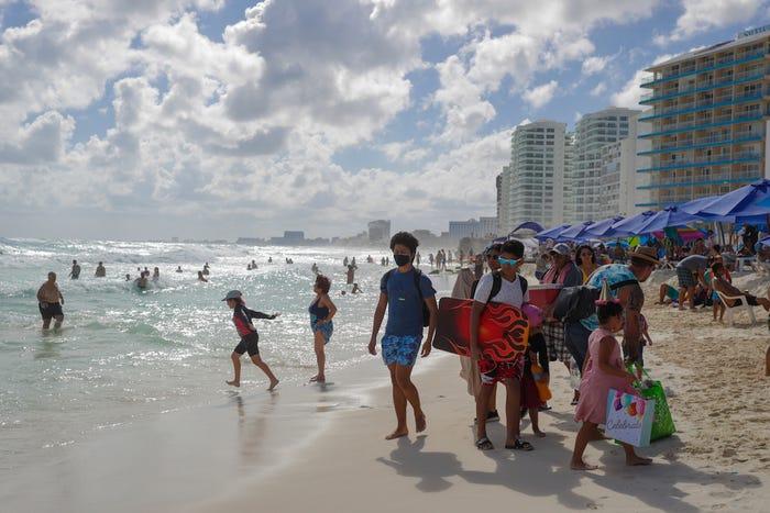 Contagio masivo: 30 estudiantes se contagian por viaje de graduación a Cancún
