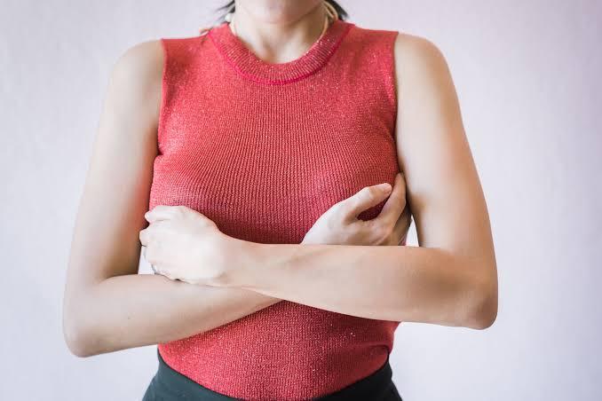 Mujeres afirman que les creció el busto luego de recibir vacuna Pzifer